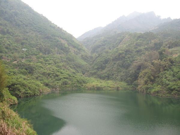 從山上滑落的土石形成了偃塞湖