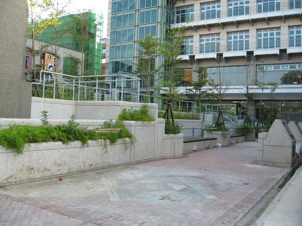 市役所後方的花園
