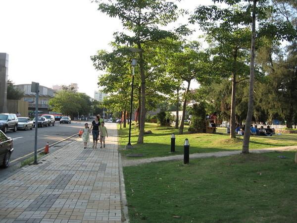 左側是市役所,右側是護城河旁的草地