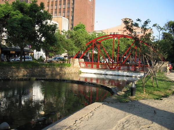 護城河,以及跨越其上的小拱橋