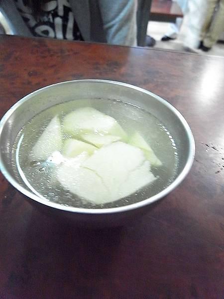 在等待豬頭換裝,彥豊幫我用碗熱熱的竹筍湯,湯還不錯但竹筍太老太苦。