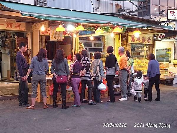 吃飽飯後一群人在研究香港的水果價錢。