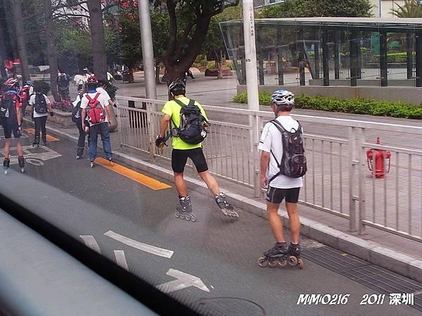 直排輪也可以在快車道上溜。