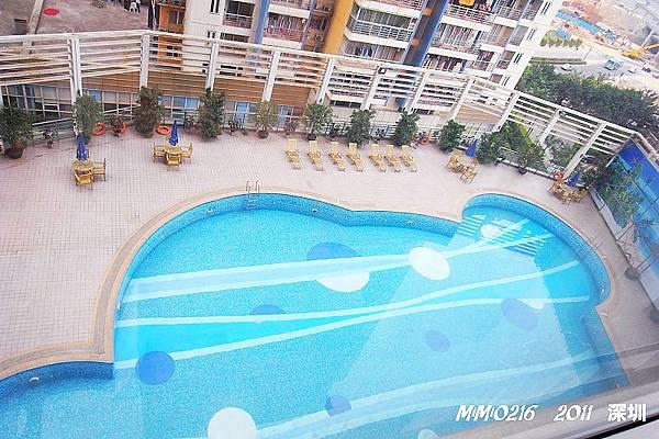 從房間看下去是泳池呢!