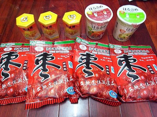 左上:六角形那個是辣干貝絲。(很配飯) 下:那個紅棗不知道我媽買來幹麻的。 右上:香港買的日清泡麵嘍!