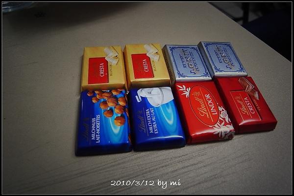 馬小君的把拔去日本帶回來的巧克力 :D
