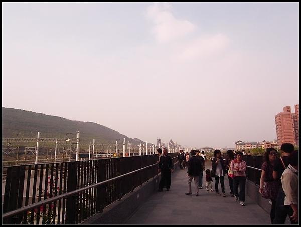 左邊就是左營高鐵站了