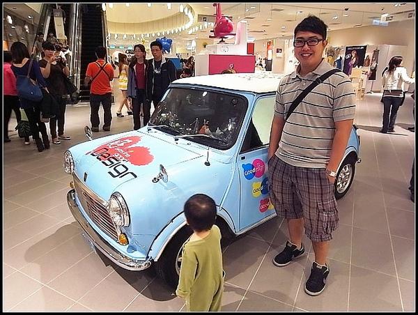 豬頭在旁邊車子就像玩具車一樣