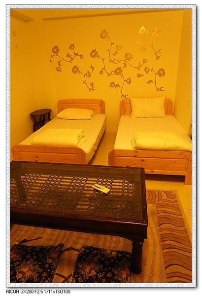 內含兩張單人床。