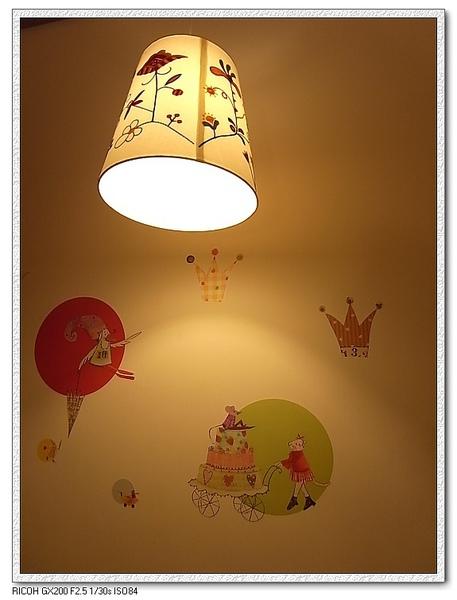 牆壁的貼紙也很童話風喔。