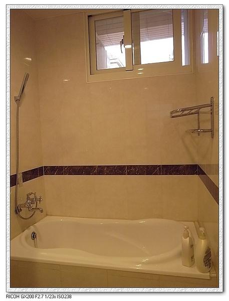 這間就有浴缸嘍!