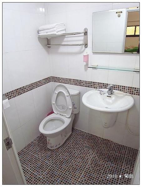 簡潔的衛浴設備,而且有兩間噢。
