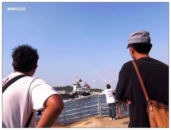 兩個大男人在討論船。