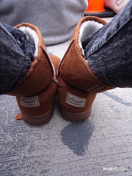 穿上昨天買的新雪靴。