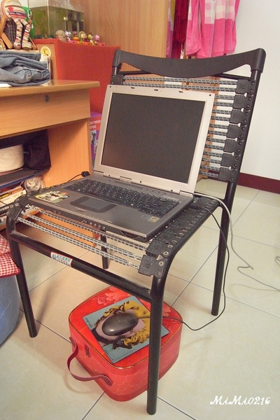 和室桌還沒搬來,暫時用的電腦桌,哈。