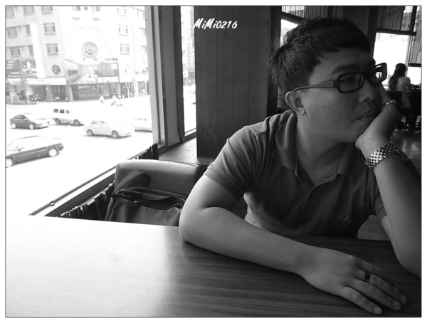 等待食物的男子。