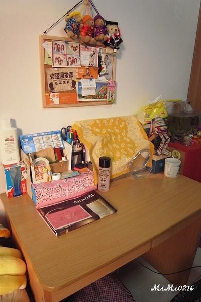 我的書桌 (化妝桌)。