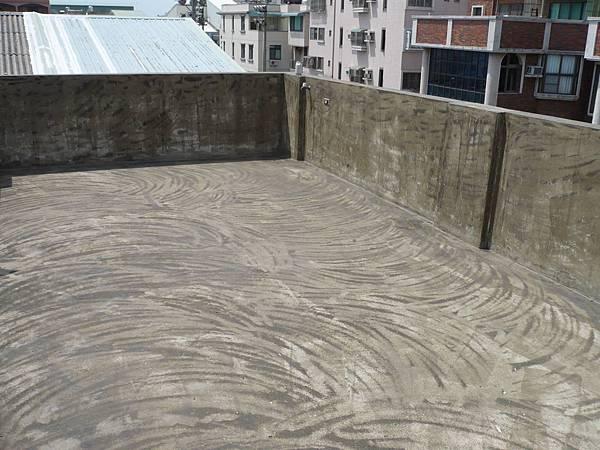 屋頂地坪防水漆施作前磨平除泥