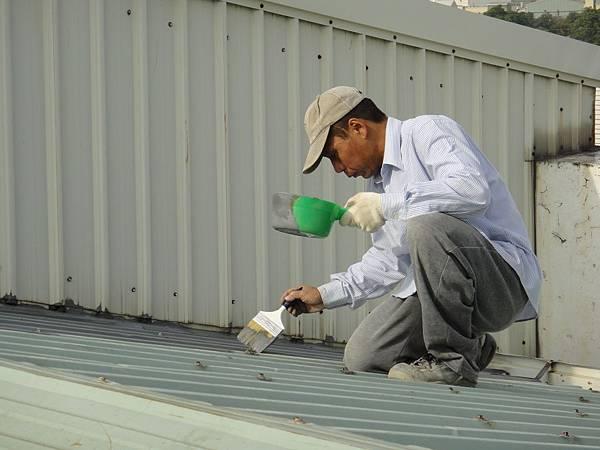 屋頂烤漆板塗佈仲介底漆