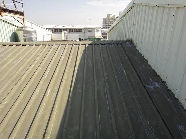 屋頂烤漆板塗佈仲介底漆2