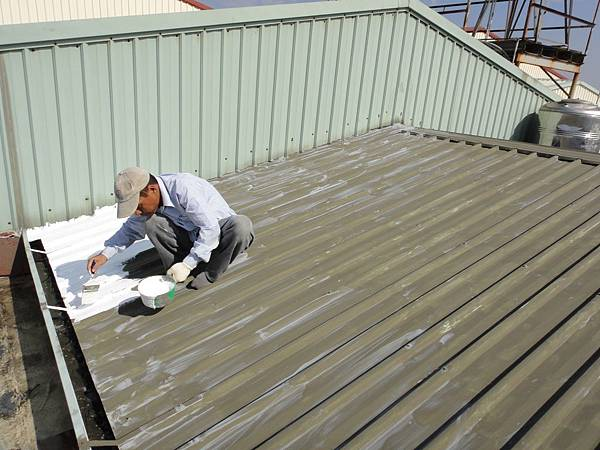 屋頂烤漆板面塗佈白色壓克力樹酯防水隔熱漆