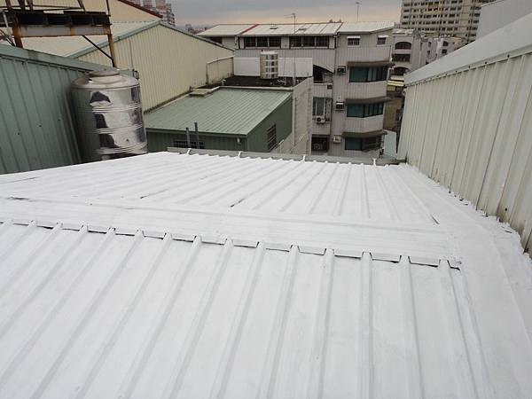 屋頂烤漆板面塗佈白色壓克力樹酯防水隔熱漆2