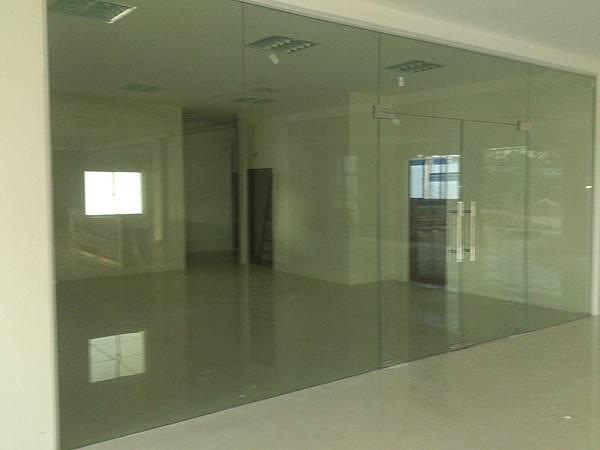 大廳強化玻璃門及玻璃隔間施作 (2).jpg