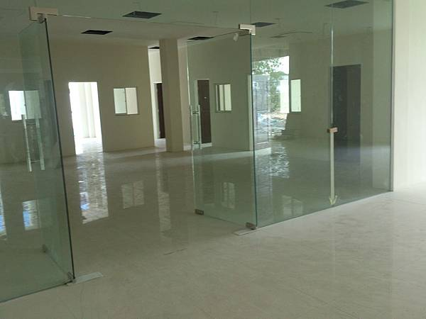 大廳強化玻璃門及玻璃隔間施作.jpg