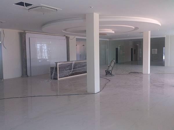 大廳圓弧形造型天花板完成.jpg