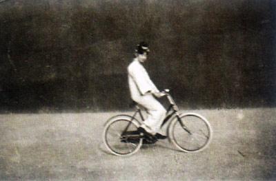 騎腳踏車的婉容