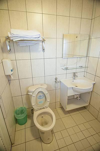 二樓四人房 廁所 拷貝.jpg