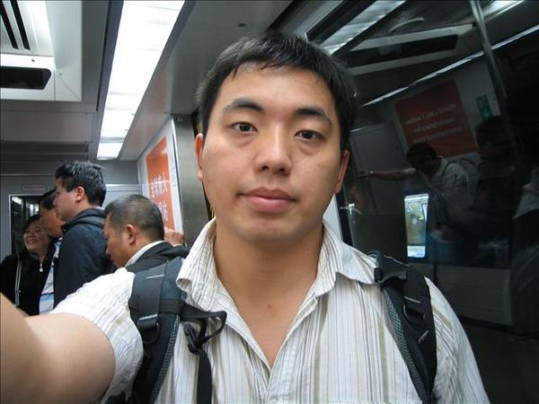 在香港機場轉機的電聯車