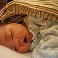 媽咪肥滋滋的肚子~很好睡唷!!