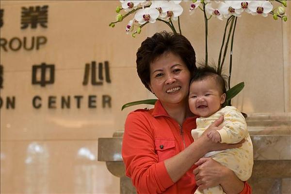 寶貝跟外婆都笑的好開心喔!