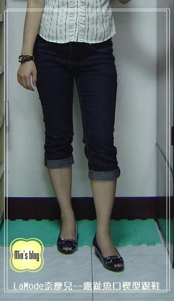 DSC01514 20090328 LaMode奈摩兒--雙D釦立面寶石露趾魚口楔型跟鞋A012-105【優雅藍】 NT$990.JPG