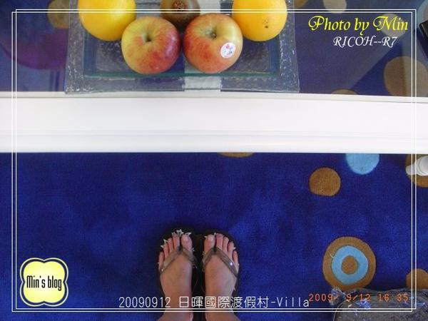 R0018923 日暉國際渡假村-Villa客廳桌上水果 &我的腳.JPG