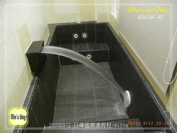 R0019035 日暉國際渡假村-房間內 浴池 放水中.JPG