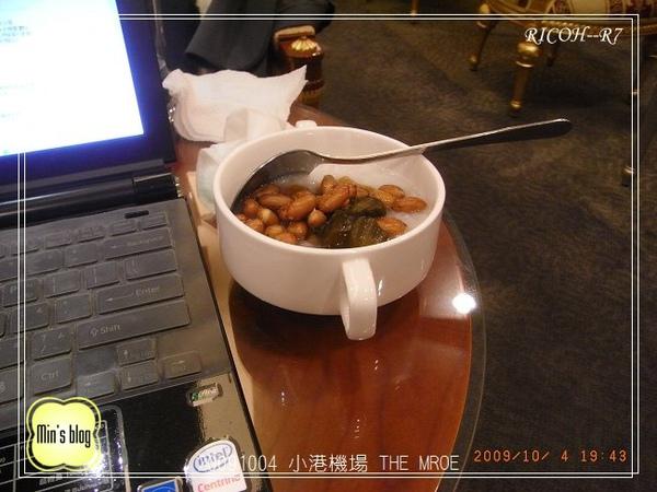 R0019358 20091004 小港機場 THE MROE.JPG