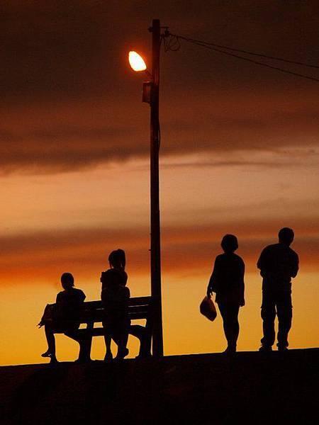 黃昏下的一家人.jpg