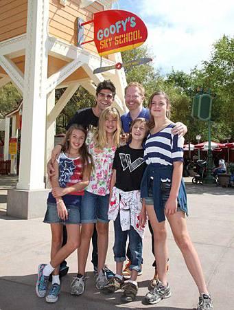 Jesse-Tyler-Ferguson-Modern-Family-Celebrates-Emmy-Nomination-Justin-Mikita-Disneyland-07152011-01-430x568.jpg
