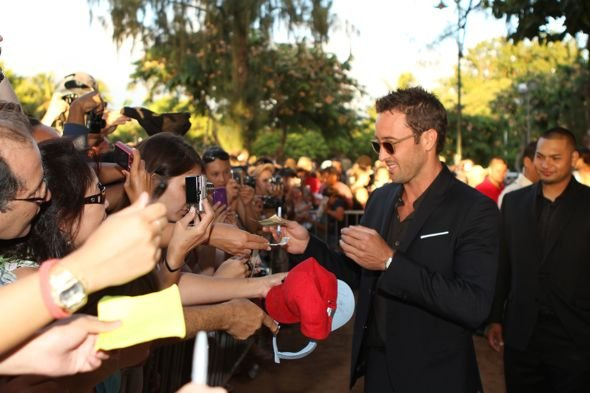 Hawaii_Five_0_Sunset_On_The_Beach_Premiere_3-3592_595.jpg