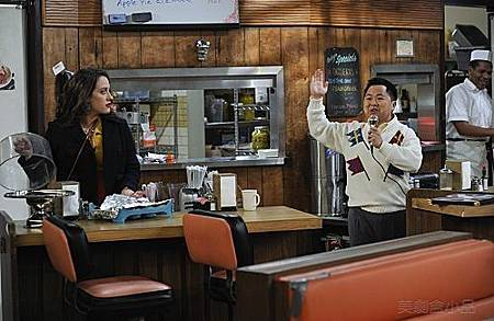 2 BROKE GIRLS S01E04 (4).jpg
