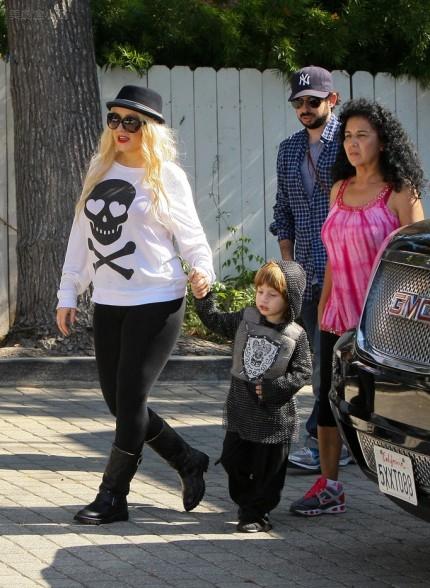 Christina-Aguilera-Jordan-Max-Bratman-Trick-Or-Treating-Los-Angeles-10312011-05-430x588.jpg