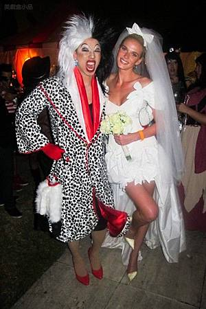 adam-levine-halloween-party-11022011-02-430x645.jpg