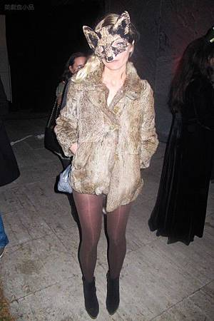 adam-levine-halloween-party-11022011-15-430x645.jpg