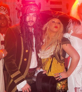 adam-levine-halloween-party-11022011-lead.jpg