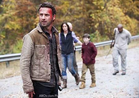 The-Walking-Dead-Beside-the-Dying-Fire-Season-2-2-550x387