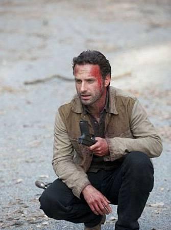 The_Walking_Dead_Season_2_Episode_13_Beside_The_Dying_Fire_1-7813-800-600-80_595_watermark