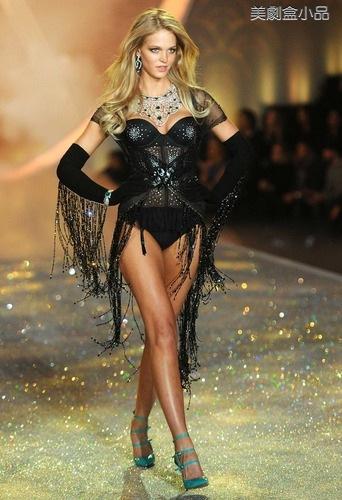 The Victoria's Secret Fashion Show (14).png
