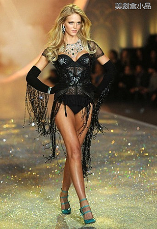 The Victoria's Secret Fashion Show (14).png
